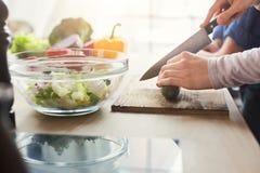 Plan rapproché des couples faisant cuire la nourriture saine ensemble Photographie stock libre de droits