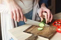 Plan rapproché des couples faisant cuire la nourriture saine ensemble Images stock