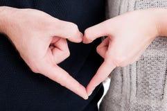Plan rapproché des couples faisant peu de coeur avec des mains Photo libre de droits