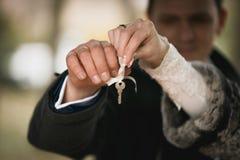 Plan rapproché des couples heureux tenant la clé décorative Images stock