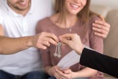 Plan rapproché des couples obtenant des clés à propre appartement, purcha de propriété Images stock