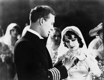 Plan rapproché des couples obtenant marié Images libres de droits