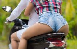 Plan rapproché des couples se reposant sur la vue arrière de dos de moto, le bel homme occasionnel et la motocyclette de tour de  Photo stock