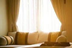 Plan rapproché des coussins sur le sofa dans le salon Image stock