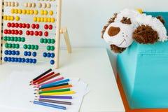 Plan rapproché des crayons sur le bureau Image stock