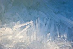 Plan rapproché des cristaux de glace avec très peu profond photo stock