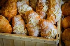 Plan rapproché des croissants frais, du sucre en poudre et des souffles image stock