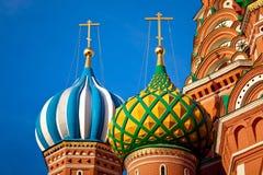 Plan rapproché des dômes de cathédrale de St Basil Images stock