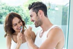 Plan rapproché des dents de brossage de jeunes couples photographie stock