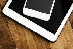Plan rapproché des dispositifs numériques sur la table en bois Image stock
