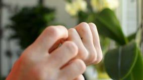 Plan rapproché des doigts d'adolescent de l'homme rayant la condition médicale irritante démangeante banque de vidéos