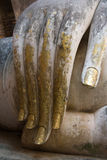 Plan rapproché des doigts d'une statue de Bouddha Image stock