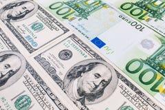 Plan rapproché des dollars US et des euros américains photos stock