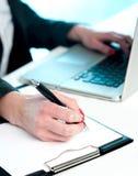 Plan rapproché des données de copie de femme d'ordinateur portatif Images libres de droits