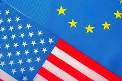 Plan rapproché des drapeaux des Etats-Unis et de l'Union européenne Images libres de droits