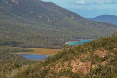 Plan rapproché des eaux de turquoise de la baie de promesse à côté de la baie de verre à vin Images stock