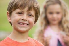 Plan rapproché des enfants de sourire au parc Photographie stock libre de droits