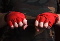 Plan rapproché des enveloppes de poignet de boxeur de main avant combat Images libres de droits