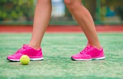 Plan rapproché des espadrilles près de la raquette de tennis et Photographie stock