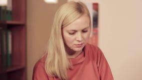 Plan rapproché des femmes caucasiennes dans le bureau banque de vidéos