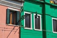 Plan rapproché des fenêtres sur les murs et la lampe colorés le jour ensoleillé dans Burano Photographie stock libre de droits