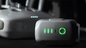 Plan rapproché des feux verts de la lueur blanche de bourdon tout en chargeant clips vidéos