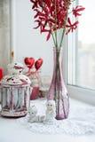 Plan rapproché des figurines de porcelaine avec des fleurs sur le rebord de fenêtre a Photo libre de droits