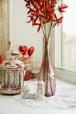 Plan rapproché des figurines de porcelaine avec des fleurs sur le rebord de fenêtre a Photographie stock libre de droits
