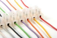 Plan rapproché des fils électriques colorés dans des connecteurs Photographie stock libre de droits