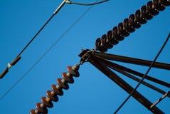 Plan rapproché des fils d'un pylône de l'électricité de haute tension Images stock
