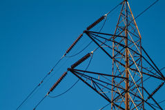 Plan rapproché des fils d'un pylône de l'électricité de haute tension Images libres de droits