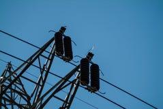 Plan rapproché des fils d'un pylône de l'électricité de haute tension Photos libres de droits