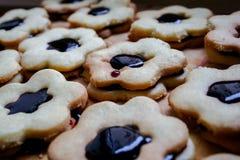 Plan rapproché des gâteaux de Noël avec la gelée fruitée photographie stock libre de droits