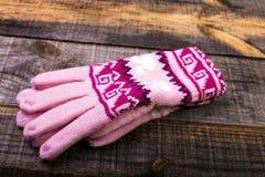 Plan rapproché des gants tricotés d'hiver Images stock