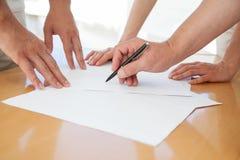 Plan rapproché des gens d'affaires de mains pendant le travail d'équipe Images libres de droits