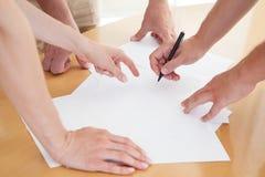 Plan rapproché des gens d'affaires de mains pendant le travail d'équipe Photographie stock