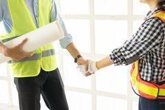 Plan rapproché des gens d'affaires de poignée de main Construction belle W Images stock