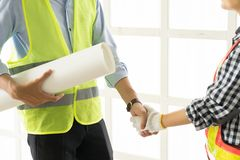 Plan rapproché des gens d'affaires de poignée de main Construction belle W Photo stock