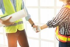 Plan rapproché des gens d'affaires de poignée de main Construction belle W Photo libre de droits