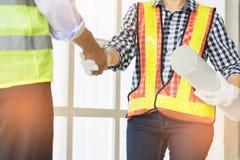 Plan rapproché des gens d'affaires de poignée de main Construction belle W Image libre de droits