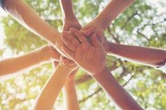 Plan rapproché des gens d'affaires joignant des mains ensemble, tir contre photos stock