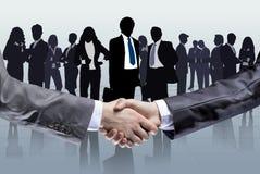 Plan rapproché des gens d'affaires se serrant la main Images libres de droits