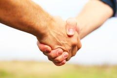 Plan rapproché des gens se serrant la main Photo libre de droits