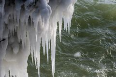 plan rapproché des givrages spectaculaires le long du lac Michigan en temps froid extrême photos stock