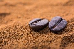 Plan rapproché des grains de café au tas rôti de café Images libres de droits