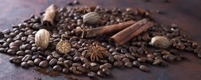 Plan rapproché des grains de café rôtis, Image stock