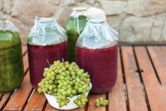Plan rapproché des groupes de raisins mûrs jaunes d'un jardin organique photos libres de droits