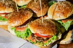 Plan rapproché des hamburgers faits à la maison Photographie stock libre de droits
