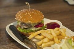 Plan rapproché des hamburgers faits à la maison sur la table Image stock