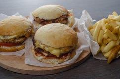 Plan rapproché des hamburgers faits à la maison sur le fond en bois Images stock